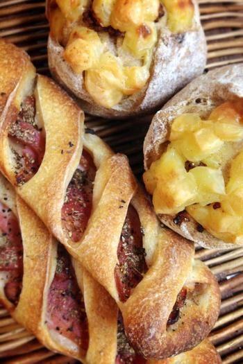 クリスピーベーコンは胡椒がしっかり効いているバケッドパン。カンパーニュチーズはぎっしりずっしり詰まったチーズと粒マスタードがぴりりと効いて美味しく食べごたえも満点級。こちらのパンは翌朝でも美味しくいただけるので、お土産にもおすすめです。