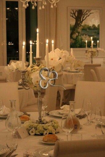 Eleganti orchidee avvolcono il candeliere per un centrotavola raffinato