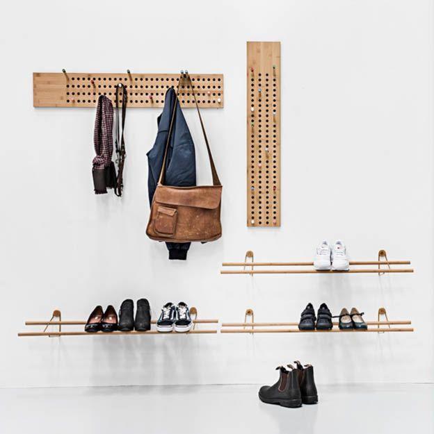 BAMBOE DESIGN | Wil je een natuurlijke look in huis? Dan moet je deze mooie schoenenrekken en kapstokken van We Do Wood zien. Door de verschillende verplaatsbare pinnen bepaal je zelf waar je je jas ophangt! Je krijgt een hele unieke entree! #entree #hal #schoenenrek #kapstok #bamboedesign #deensdesig #byjensen