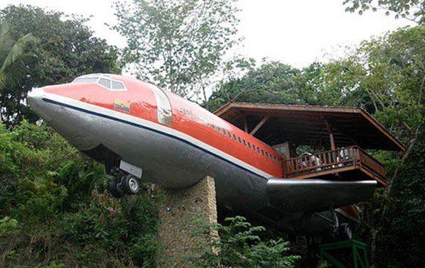 Esse Boeing 727 clássico produzido em 1965, e que pertenceu à South Africa Air e Avianca Airlines,ganhou uma aposentadoria feliz: ele virou um aposento do Hotel Costa Verde, localizado em uma ribanceira na floresta costeira, na Costa Rica. Ele possui dois quartos, com ar-condicionado, TV, sala de jantar, cozinha e, o melhor de tudo, vista privilegiada para o mar. Veja algumas fotos dessa hospedagem inusitada: Como era o avião antes de virar parte do hotel: