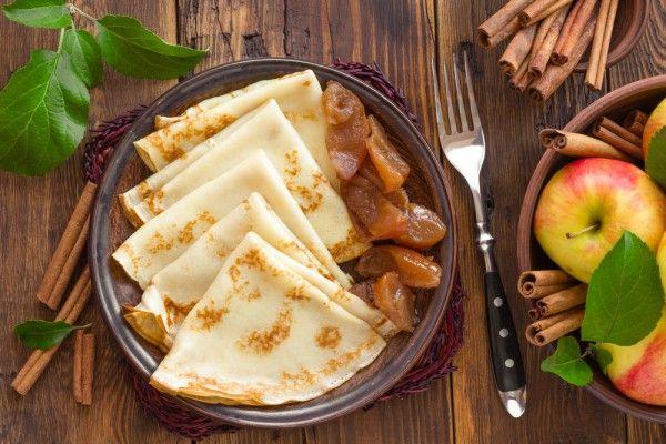 Сладкие крепы с карамелизированными яблоками и мороженым станут отличным осенним завтраком или десертом.    Ингредиенты  Для теста: мука150 г молоко310 г яйца2 шт. масло, растопленное20 г + для смазы…