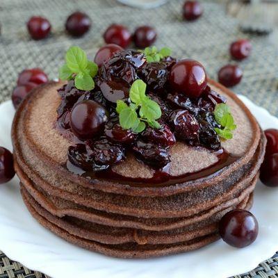 Czekoladowe pancakes z wiśniami - DoradcaSmaku.pl