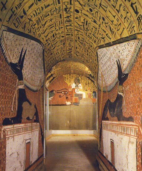 Fig. 2.- En la tumba Pashedu (TT3) una composición simétrica ocupa las dos paredes del acceso a la cámara funeraria. Como reflejándose en un espejo fueron representadas dos imágenes de Anubis. Se trata de una composición simétrica y envolvente, muy alejada en sus objetivos expresivos y efectistas de la representación que se plasmó en la pared del fondo de la cámara, en la que se muestra una escena donde la asimetría es marcada