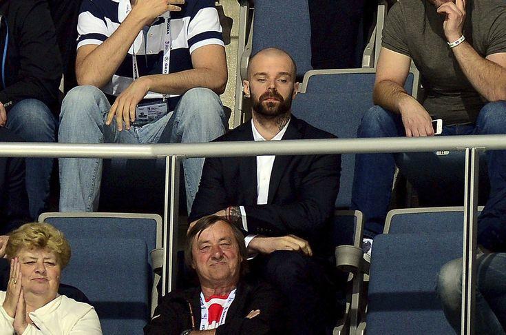20 Jakub Klepis dressed in stands - not good for his soul  CZE  WC 2015  Jakub Klepiš v převleku za Jaromíra Jágra se baví s Romanem Červenkou
