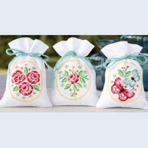 Roses and butterflies: assortiment borduurpakketjes, kruidenzakjes met telpatroon