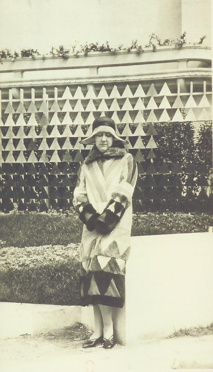paulette pax portant un manteau sonia delaunay 1925. Black Bedroom Furniture Sets. Home Design Ideas