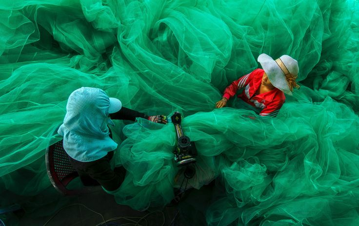 The 12th Annual Smithsonian Photo Contest Grand Prize Winner : Pham Ty; Women of a small village near Vinh Hy Bay, Vietnam, sew a fishing net while their husbands fish. (Vinh Hy Bay, Ninh Thuan, Vietnam, November 2013, Sony NEX-6)