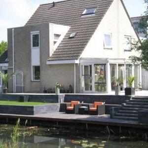 tuin aan het water met niveau verschillen