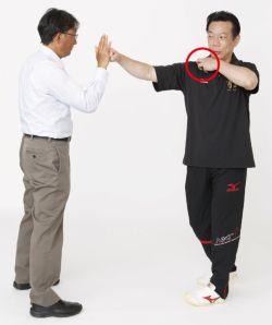 「骨ストレッチ」をご存知だろうか。いまテレビや女性誌で注目が集まっている、新しいエクササイズだ。古武術の技法をベースにした、「骨」の意識を使って体を動かすアプローチは、従来の筋トレやストレッチと一線を画すユニークなもの。これがダイエット、肩こりなどの不調の解消、さらにランニングのフォーム改善やゴルフの飛距離アップにもつながるという。