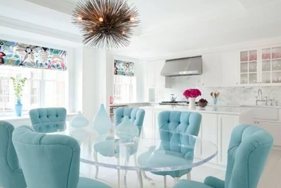 Un comedor con mesa de cristal y muebles celestes ¿Qué te parece? #adondevivir