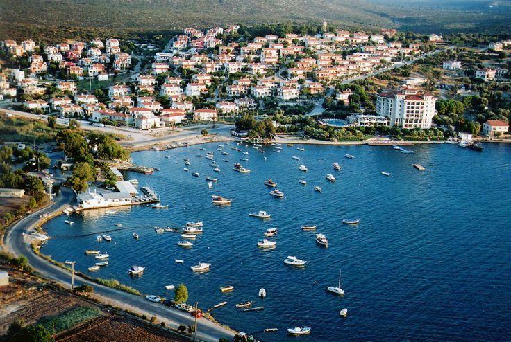 Ildır/Çeşme/İzmir/// Çeşme'ye 22km, Ilıca'ya 15 km mesafede. Ildıra birkaç yoldan gelebilirsiniz. Eski Çeşme yolundan Ildır yazısından saparak ulaşmak mümkün. Çeşme-Ilıca dan deniz kenarını takip ederek de gelebilirsiniz . Karaburun, Balıklıova tarafından da Ildıra bir yol var.