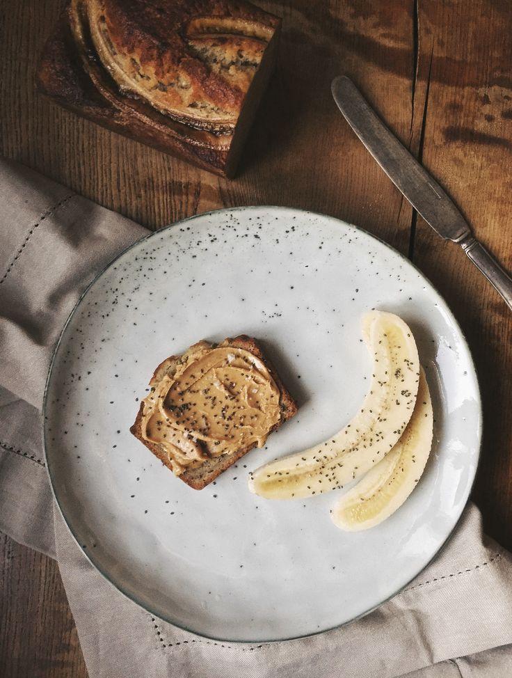 Bananbröd är bland det godaste jag vet, och att det är ett superbra sätt att ta hand om bananer som blivit lite övermogna och att det söta saftiga brödet håller sig länge i kylen gör ju inte det hela sämre heller. Jag äter gärna bananbrödet i skivor med jordnötsmör och lite salt på om jag ska lyxa lite extra. Se det här som ett grundrecept som du kan anpassa lite hursom. Till exempel är det jättegott att ersätta en av bananerna med en deciliter grekisk yoghurt. x Sofia BANANBRÖD 100 g…