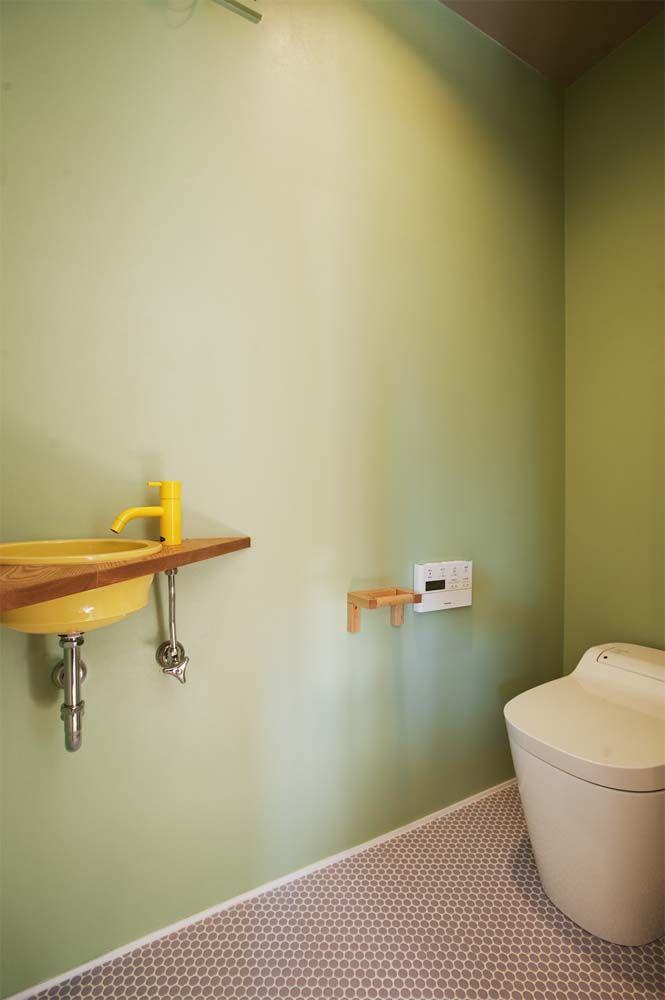 Kさんが壁を塗装して仕上げた2階のトイレ 空間のアクセントになって