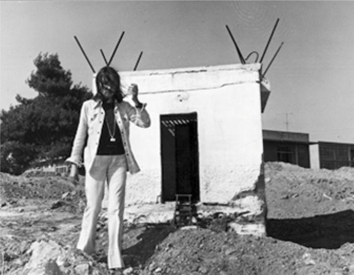 Oriana davanti alla disumana prigione di Boiati - Foto - Oriana Fallaci