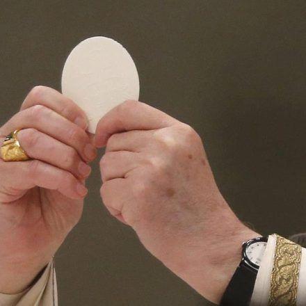 """Compartimos esta profunda oración del Padre Pio para luego de comulgar.    """"Quédate conmigo, Señor, porque necesito tenerte presente para no olvidarte. Tu sabes que tan fácilmente te abandono.  Quédate conmigo, Señor, porque soy débil y necesito de"""