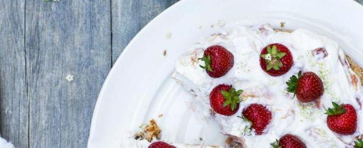 Amandeltaart met rabarber-aardbeienroom