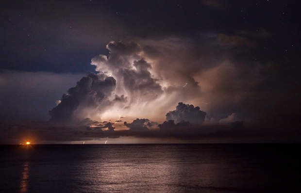 Un orage qui dure six mois au Venezuela-140 à 160 nuits par an, la foudre frappe jusqu'à 28 fois par minute au-dessus du fleuve Catatumbo et du lac de Maracaibo, dans le nord-ouest du Venezuela. La raison? Le méthane contenu dans l'eau s'évapore et se mélange aux nuages, nombreux dans cette région. Le méthane présent dans l'air a pour effet d'augmenter l'activité électrique, ce qui permet à l'orage de se former et de perdurer. Sur place, le tonnerre est absorbé par les nuages, transformant…