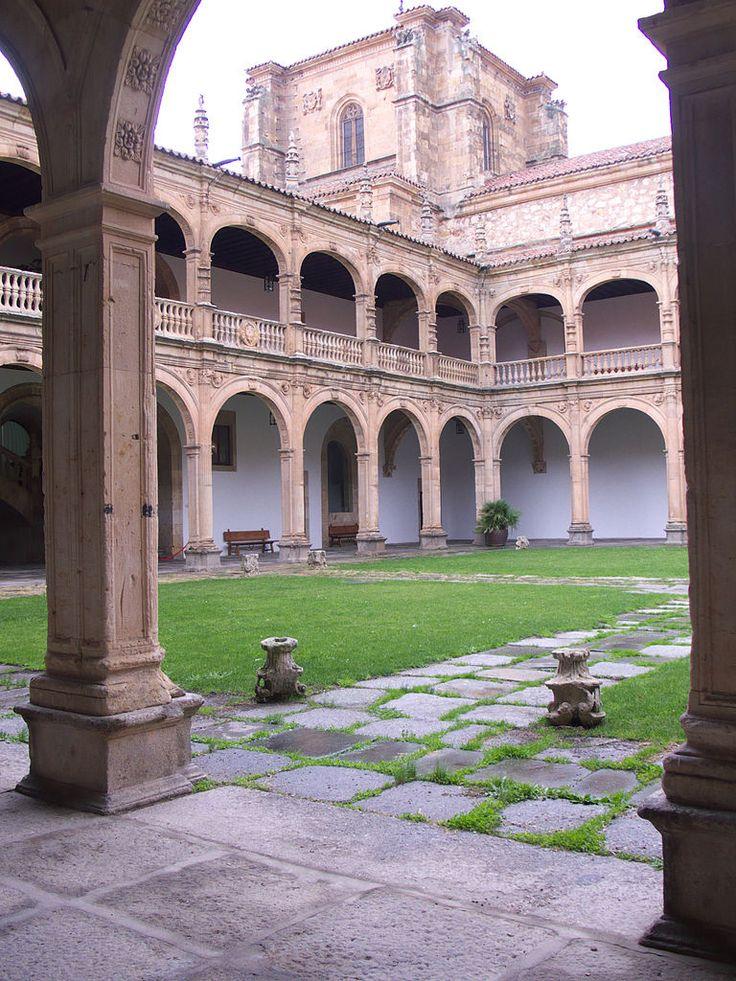 Claustro del Colegio Mayor de Santiago el Zebedeo. Salamanca.