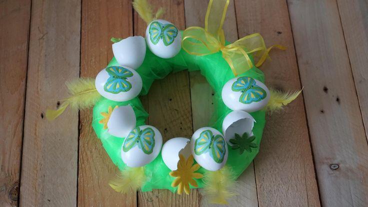 Zelený velikonoční věnec III. - Polystyrenový korpus obalíme organzou. Vajíčka ozdobená technikou decoupage přilepíme tavnou pistolí. ( DIY, Hobby, Crafts, Homemade, Handmade, Creative, Ideas, Handy hands)