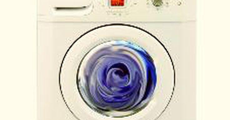 Cómo detener el ruido en una máquina lavadora. Puede ser tentador ignorar los ruidos que hace tu lavadora, en especial si ésta sigue funcionando. Pero este ruido no sólo es molesto, también puede ser un signo de daños serios en la máquina. Armado con algunos consejos, puedes determinar qué problemas pueden ocasionar que tu lavadora haga ruido y qué puedes hacer para detenerlo.