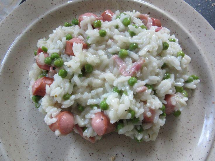 300 g riz arborio 1 échalote ou plusieurs selon les goûts un fond d' huile d'olive (80 g ) un cube de bouillon de volaille 98 cl d'eau 170 g petits pois surgelés 8 à 10 knackis 100 g d'allumettes de lardons (ou plus) sel + poivre Épluchez l'échalote et...