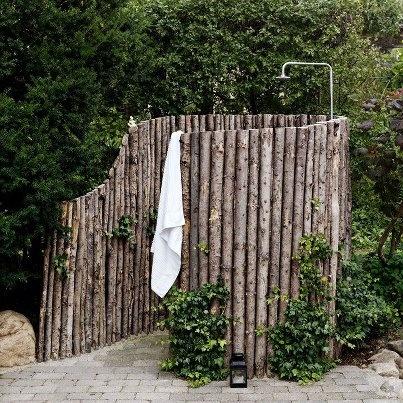 Mijn idee is omdat ik een grote tuin heb en plaats genoeg heb om daar een douche te plaatsen: in mijn tuin een buitendouche te plaatsen. Ik gebruik daar dan wel alleen plantaardige zeep zodat het water kan weglopen in de grond. Ik kon het goede plaatje hier niet voor vinden alleen, ik wilde een soort grote badkuip boven op de douche plaatsen, waar dan een dun laagje water in ligt. Die dan wordt opgewarmd door de warmte van de zon.