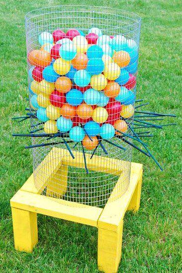 #HLo-Tips: Actividad para niños fácil de hacer con pelotas, palos de escoba, malla de gallinero y una base.