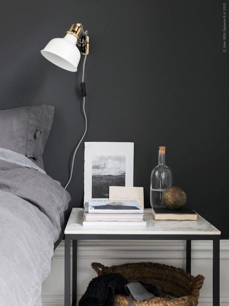 Det fyrkantiga bordet i setet VITTSJÖ använder vi som sängbord med en klinkerplatta i marmorlook som skiva.
