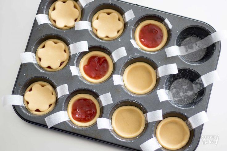 Het leuke van deze kleine jamtaartjes is dat je het met alle soorten jam kunt maken. Daardoor kan je met hetzelfde recept toch steeds een ander taartje maken. Voor de foto gebruikte ik deze aardbeien-rabarberjam. Zeker een aanrader!  Ingrediënten Voor het deeg 250 gr bloem 100 gr poedersuiker 125 gr boter, op kamertemperatuur 2 eidooiers ½ citroen, rasp ¼ tl zout Verder nodig boter, om in te vetten 12 el jam, bijvoorbeeld deze aardbeien-rabarberjam ½ ei, losgeklopt   Bereiding: Kleine…