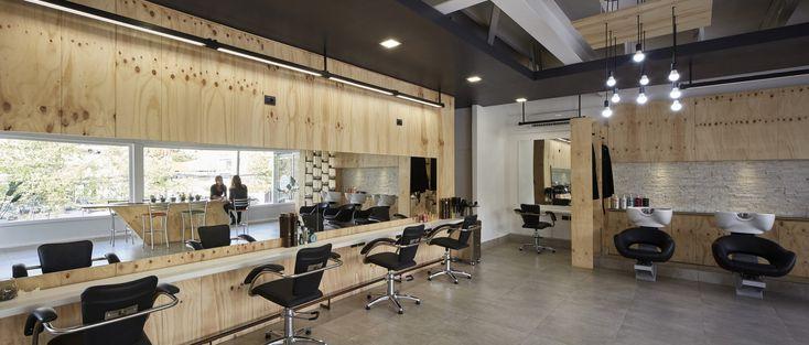 Dos ejemplos de cómo incorporar tableros de madera terciada en un proyecto de arquitectura