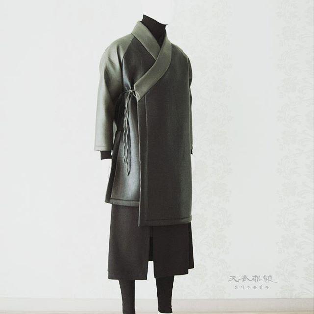 #남자생활한복 새로운 디자인 언밸런스 도련 해밀 장류 위 작품은 199,000 (vat218,900) 디자인 카피보다는 많은 응원과 사랑 부탁드립니다. 문의. 방문예약 02-542-7598 금액은 소재별로 차이가 있습니다. 온라인상에서 금액을 공개하지 않는 점 양해바랍니다. 누구나 좋은, 아름다운 한복 입기를 바란다. 천의무봉은 그것을 실현시킬 것이다. 세 상 에 서 가 장 아 름 다 운 천 의 무 봉 한 복 Korean hanbok designer Cho Young-ki #artist#hanbok#designer#korea#vogue#fashion#fashiondesigner#model#traditional#clothes#천의무봉 #생활한복 #조영기 #디자이너 #한복 #디자인 #전통 #남자한복 #한복디자이너 #해밀핏 #당의저고리 #해밀 #패션쇼 #대한민국 #커플한복 #한복화보