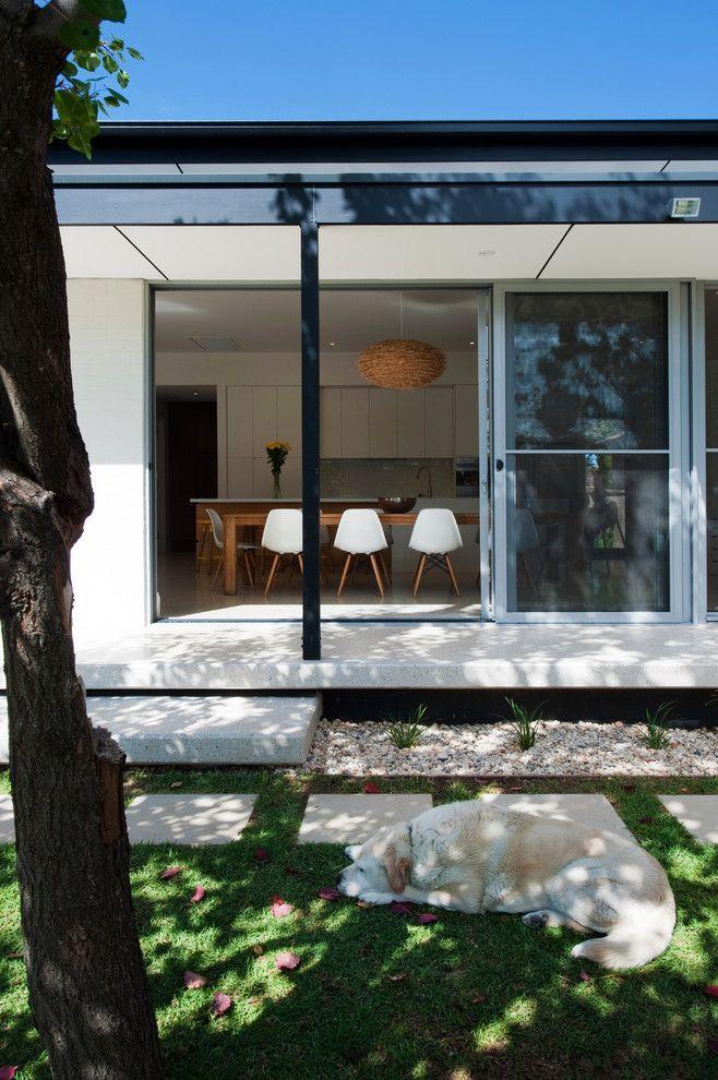 Пластиковые входные двери для частного дома: 70+ стильных и надежных реализаций http://happymodern.ru/plastikovye-vxodnye-dveri-dlya-chastnogo-doma/ Пластиковые входные двери со стеклопакетом для одноэтажного частного дома. Особенность дверей – раздвижной механизм, требующий регулировки и смазки фурнитуры