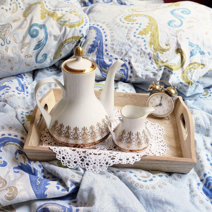завтрак в постель, винтажная посуда, старинный чайник, старинный будильник, старинный молочник