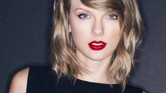 Bikin Orang Lain Iri Taylor Swift Pamer Kemesraan Lagi : Sambil bergandengan tangan di pantai Taylor Swift menghabiskan waktu bersam asang kekasih. Dilansir dari Showbiz Mengenakan bikini two-pieces warna merah dan tato