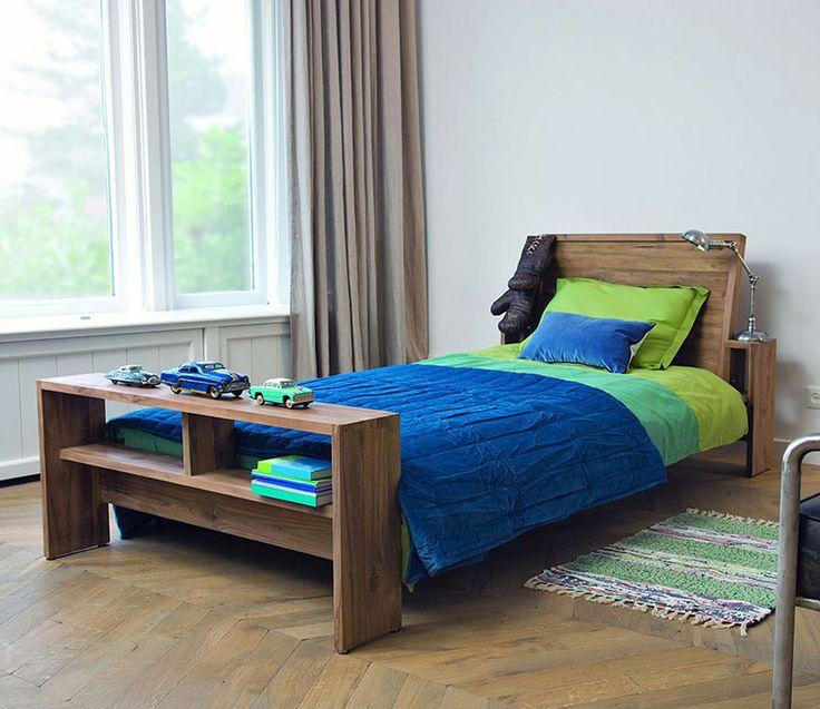 Односпальная кровать из массива тика, удобные полки в изножье и небольшие ниши у изголовья добавляют практичности и уникальности. Размер матрасного места 90 x 200 см.             Материал: Дерево.              Бренд: Teak House.              Стили: Лофт.              Цвета: Коричневый.
