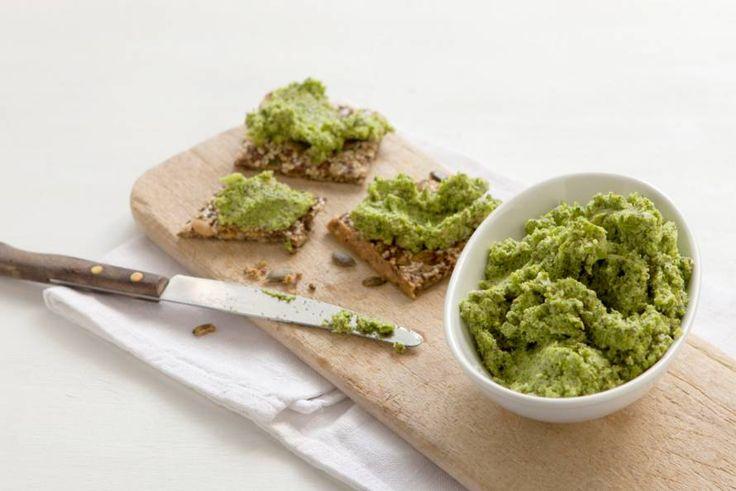 Ingrediënten 8 personen   400 g broccoli 4 tl gedroogde dragon 80 g ongebrande paranoten (zak 175 g) 2 el chiazaad (cup 175 g) ½ teen knoflook 120 ml lijnzaadolie (flesje 250 ml)  Verdeel de broccoli in kleine roosjes en doe in de kom van de keukenmachine. Schil de steel, snijd in plakjes en doe ook in de kom. Voeg de dragon, paranoten, het chiazaad, de knoflook en olie toe en maal fijn. Breng op smaak met (versgemalen) peper en eventueel zout. Lekker op een speltbroodje of op een (glut