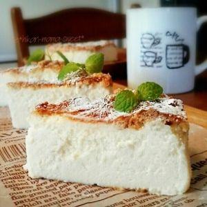 簡単混ぜるだけ♪濃厚ミルキー♡ホワイトチーズケーキ。クリームチーズ控えめでもホワイトチョコが入るので濃厚〜!ボトムも作らずに、クッキーをトッピングするのでバター無しで経済的♡15cm丸型で焼いてます。。卵白 チョコ チーズケーキ  バレンタイン。クリームチーズ(レアチーズ味使用),無糖ヨーグルト(酸味の少ないもの),砂糖,卵白(全卵2個でもOK),〇生クリーム,〇ホワイトチョコ,レモン汁,お好きなビスケット(ビスコ使用)