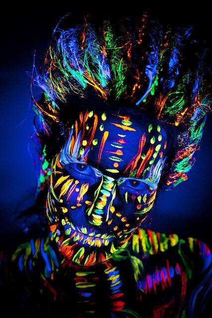 Pintura fluorescente a base de agua  Se aplica con un pincel, una esponja, aerógrafo o con dedos mojados . Se quita con agua y jabón. La pintura brilla bajo la luz ultravioleta y luz negra. La gama tiene 8 tonos diferentes. http://aerografia-fengda.es