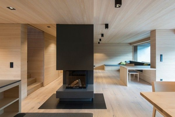 Designed by LP Architektur, this single-family house makes good use of subtle wood paneling on the walls and ceilings – the wood floor blends into the design very smoothly, only slightly differentiated with characteristic knots and lines.