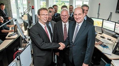 Neue Leitstelle in Betrieb genommen (Wolfsburger Nachrichten, 25.09.2012): Shake Hands für die neue Leitstelle: Wolfsburgs Oberbürgermeister Klaus Mohrs und Helmstedts erster Landrat Matthias Wunderling-Weilbier. (Foto: rs24/HL)