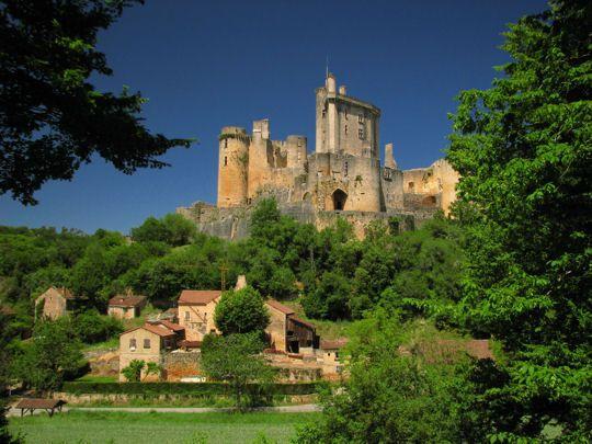 Le château de Bonaguil Construit au XVe siècle, cet ouvrage défensif imposant est un des derniers châteaux forts construits en France. Il n'avait toutefois pas vraiment d'intérêt stratégique, perdu en plein Périgord, mais fut tout de même habité jusqu'à la période de la Révolution.