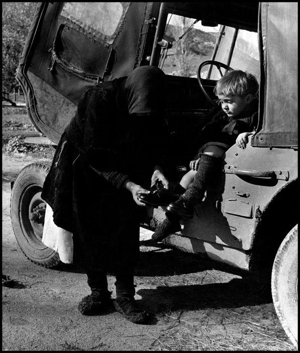 Η Γιαγιά φοράει τα καινούργια παπούτσια στη μικρή Ελευθερία (1948) Η μικρή Ελευθερία με τη γιαγιά της ήταν το μόνο παιδί που έμεινε στο χωριό, ακόμα και λίγους κατοίκους, στην Οξιά Φλώρινας μετά τον εκτοπισμό που έφερε ο εμφύλιος.