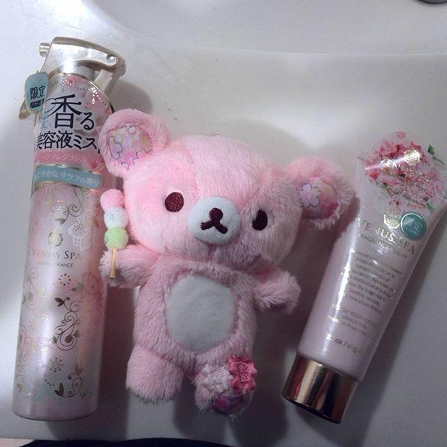 【rilakkuma.aya.4289.green】さんのInstagramをピンしています。 《#ヴィーナススパ の#桜 の香りシリーズと#ぬい撮り 。二つとも#限定 (^_^)レギュラーにならないかな…#良い香り 。#venusspa #美容液ミスト #香りカプセル #チェリーブロッサム #charryblossom #ピンク #pink #ゆるっと毎日リラックマ #リラックマ #りらっくま #rilakkuma #ぬいぐるみ #サンエックス #sanx #ハンドクリーム #handcream》
