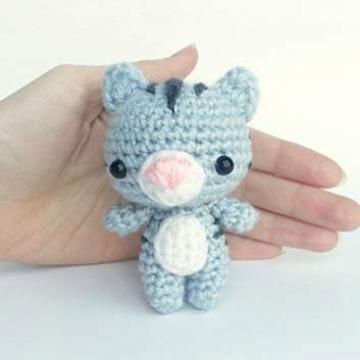 Evie the Kitten amigurumi pattern by AmiAmore