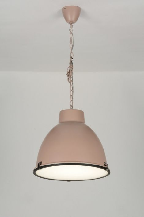 Industrieel van vormgeving, lieflijk en romantisch van kleurstelling!  Deze moderne hanglamp valt op door zijn oud roze kleur. De kleur geeft de lamp een lief en zacht karakter. Door deze eigenschappen geschikt voor bijzonder veel interieurstijlen en doeleinden. Of het nu gaat om landelijk, modern, romantisch of klassiek, deze lamp past in elke sfeer. Rietveldlicht-