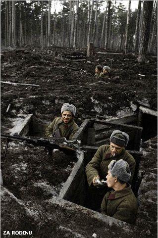 Soldats soviétiques dans les tranchées