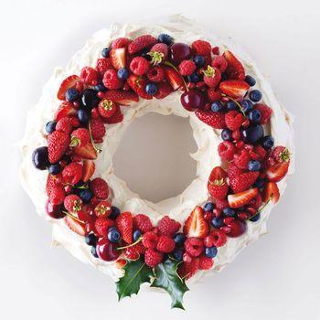 クリスマスケーキというと、どうしてもにぎやかな印象になりがちですが、やはり大人の女性らしく落ち着いたトーンの上品なケーキに仕上げてみたいですね。ワインにも合うような聖夜のケーキ…素敵です。