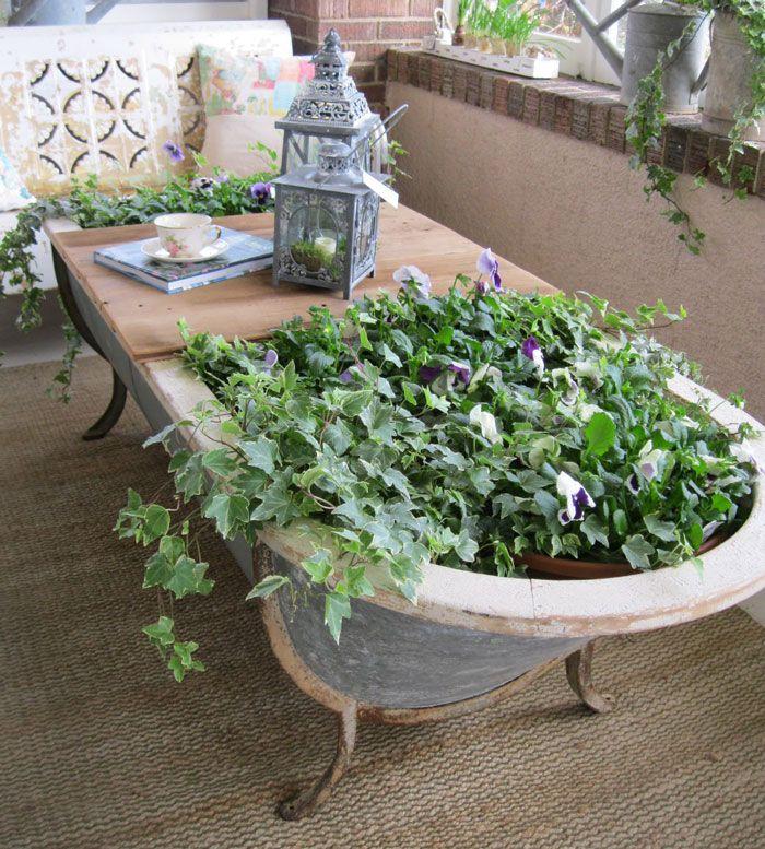 Geweldig! Een badkuip als tafel en plantenbak in een.