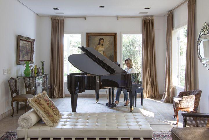 Decoração de: piano de cauda preto; Casa de Valentina