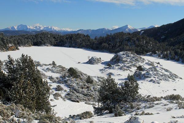 Guided snowshoe hikes  - Lac des Bouillouses (France). http://www.discoverpyrenees.com/es/raquetas-de-nieve/